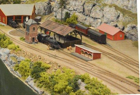Sjuskogbanen: Steinar Jeppestøl husker ikke nøyaktig når han begynte å bygge modelljernbanen, men han var ikke tvil om hva hobbyrommet skulle brukes til, da han og kona kjøpte huset i 1975. Utallige timer er tilbragt her.Foto: Mette Urdahl