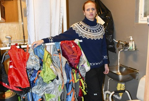 TRangt: Kontaktlærer Anja Thorsen viser et trangt personaltoalett som også gjør tjeneste som lager.