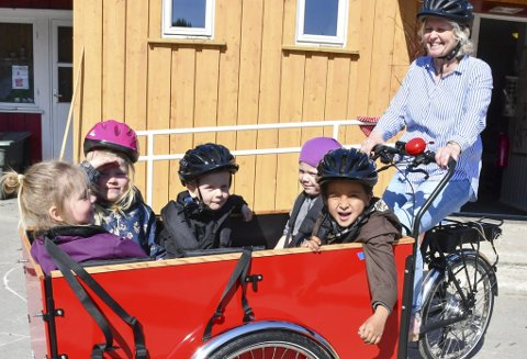 Grotten barnehage: Kirsten tar med Thea, Signe, Thomas, Tale og Athmani på den aller første sykkelturen.Foto: Mette Urdahl