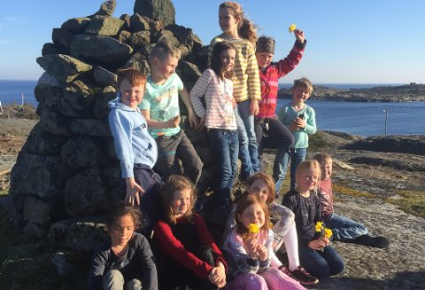 På varden – Her er alle elevene ved Sandøya skole samlet. Bak fra venstre: Mauritz, Hans Viktor, Storm Ariel, Synne, Luna og Skodre. Foran fra venstre: Lu Mine, Malou, Wilhelmine, Alva Elise, Alva og Lukas.