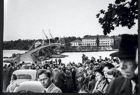 Risøybrua åpnes: Det var folkefest da Risøya ble landfast 11. oktober 1953. Den gangen var dagens folkehøyskolebygg ungdomsskole for sjømenn. Alle de historiske bildene er utlånt fra Aust-Agder Museum og Arkiv IKS
