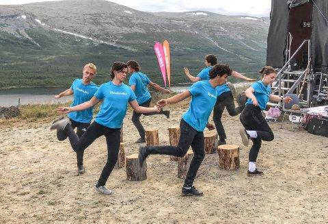 I aksjon: De seks ungdommene i aksjon på Jaslangen tirsdag. Torsdag og fredag venter flere forestillinger.