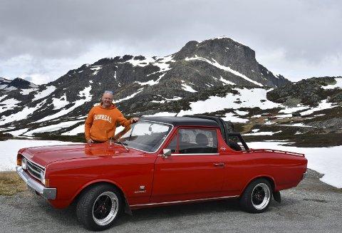 Raritet: I 1971 ble den da nesten nye bilen krasjet og etter det ble den bygget om til pickup. En tøff og sjelden bil tar seg godt ut i fjellomgivelser med Bitihorn som kulisse, mener eier Jim E. Høgden.