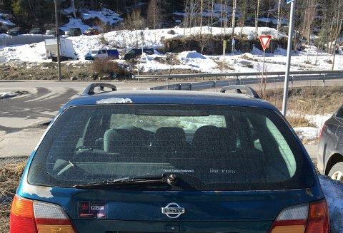 FORLATT: – Denne bilen har stått urørt på parkeringsplassen i månedsvis, sier vår innsender.