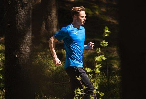 I FARTA: I den siste reklamefilmen fra panteselskapet Infinitum løper Karsten Warholm gjennom skogen for å pante på Coop Prix Slattum.