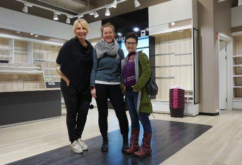 SIGNERT: Senterleder Christin Werge Johansen (f.v), Hanne Torgersen og Sara Bendiksen signerte leiekontrakt av Vitas gamle butikklokaler på fredag. Her kommer Garnlykke om kort tid.