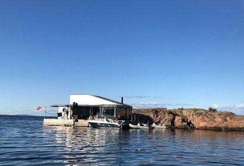 FLERE REAGERER: Her ligger husbåten til Tveten foranket inntil Ålborgholmen. Husbåten ligger ikke der lenger. Foto: Marie Olaussen
