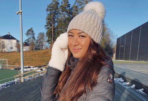 Ida Visnes (20) har drevet egen vippesalong siden høsten 2018. De nye, strenge tiltakene har ikke hindret henne fra å få kunder.