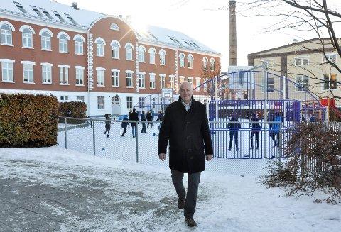 MÅ SPARE: – Inntektene våre er tilpasset den offentlige skolen. Men vi er underfinansiert, og det har vi tatt opp flere ganger, sier direktør Hans Jørgen Firing ved Skagerak International School. Skolen jobber nå med å finne måter å kutte kostnadene på.
