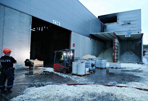 Forberedelsene til rivingen pågikk i flere timer fra 19 tiden mandag kveld. EE-avfall ble flyttet, det samme med miljøfarlige produkter og olje samt andre typer væsker. Dette ble gjort for å unngå nye utfordringer om betongelementene skulle falle feil sted under rivingen.