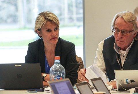 Avventende: Nesoddens ordfører Nina Sandberg og Arve Ruud, stabssjef for økonomi og styring, er naturlig nok noe avventende i sine kommentarer til statsbudsjettet 2016.Foto: Staale Reier Guttormsen