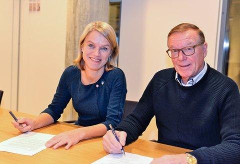 Nina Sandberg og stiftelsesleder Thor Bjørn Lie signerer intensjonsavtalen mellom Nesodden kommune og Sofienlundstiftelsen.
