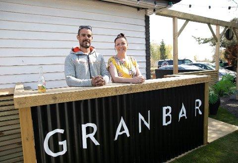 ÅPNET I HELGEN: Granbar åpnet i helgen dørene igjen etter å ha holdt stengt i en kortere periode. Avbildet er eier Rita Marki sammen med Benjamin Grønvold.