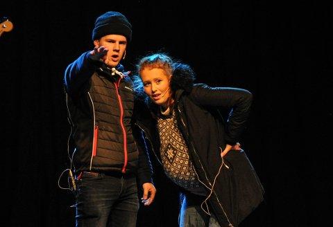 RUSSEREVY NØVGS 2020: Severin Skaret Sagplass og Marie Hornseth under en sketsj med temaet fødsel på hytta.