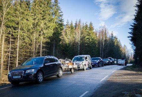 LANG KØ: Mange vil kvitte seg med avfall på Bølstad. Bildet er fra tirsdag i påskeuken.