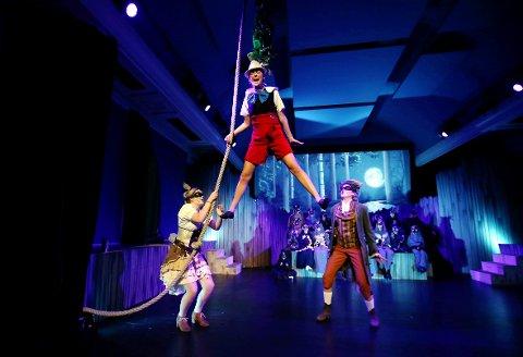 SKUMLINGER: Pinocchio med skurkene Sussi Katt og Erling Rev i en scene fra Stabekk Teaters «Pinocchio». F.v. Pia Emilie Nome, Elpida Berg Stojcevska og Eira Tidemand-Johannessen. Stykket har forestillinger i store sal 7. og 8. januar. FOTO: KARL BRAANAAS