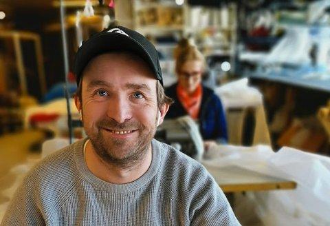 SEILMAKER: Morten Røisland har arbeidet som seilmaker siden 2002, først på Lyngør og så i Bærum. Nå er produksjonen på arbeidsplassen hans lagt om.