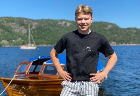 – Det er nesten det samme hvor mye jeg har å gjøre så lenge jeg får være ved sjøen og kan drive med det jeg liker best, sier Elias Holdø Rasmussen som mener han har drømmejobben på Kyskultursenteret på Moen.
