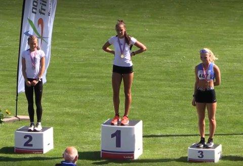 BRONSEVINNER: Anne Hjorth Arntsen (til høyre) tok NM-bronse på 800 meter i U23-klassen. Solveig Cristina Hernández Vråle (midten) vant gull, mens Selma Løchen Engdahl tok sølv.