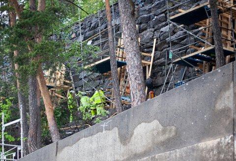 ARBEID: Bane Nor jobber med å utbedre støttemuren ved Bekkelaget.