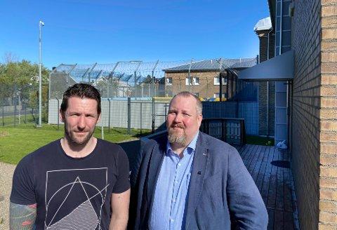 De tillitsvalgte  Daniel Grepperud Olsen (t.v.) og Stefan Hagenes advarer om  tøffere miljø og for få ansatte i fengselet.