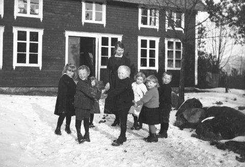 Helt frem til 1989 bodde det 990 barn og voksne av taterslekt på Svanviken. Dette bildet er av ukjente barn i barnehagen på Svanviken. Bildet er tatt i 1923. Fotografen er ukjent.