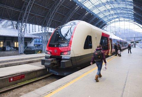 – Et ja til EUs fjerde jernbanepakke innskrenker stortingsflertallets mulighet til å vedta norske sikkerhetsregler for jernbanen vår. Nå er det opp til oss, skriver fagforeningslederne bak dette innlegget. ARKIVFOTO: MAGNE TURØY
