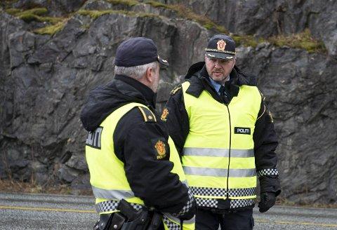 UP skal kontrollere påsketrafikken i fylket onsdag. Her er distriktsleder Terje Oksnes i Utrykningspolitiet på Vestlandet ute på en kontroll ved en tidligere anledning.