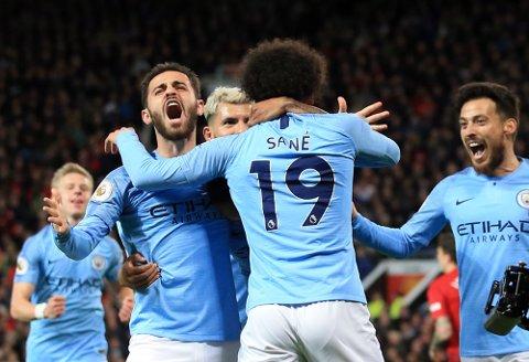 Manchester City-spillerne Leroy Sane og Bernardo Silva jubler etter å ha scoret mot Manchester United tidligere denne sesongen. Vi tror de får mer å juble for i dag. (AP Photo/Jon Super)