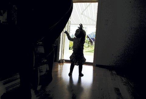 En norsk mor får 250.000 kroner i oppreising etter at  menneskrettsdomstolen dømte Norge for å ha brutt menneskrettskonvensjonen som garanterer rett til familieliv. – Vi står overfor et systemproblem, skriver innleggsforfatteren. Illustrasjonsfoto:  NTB/Scanpix