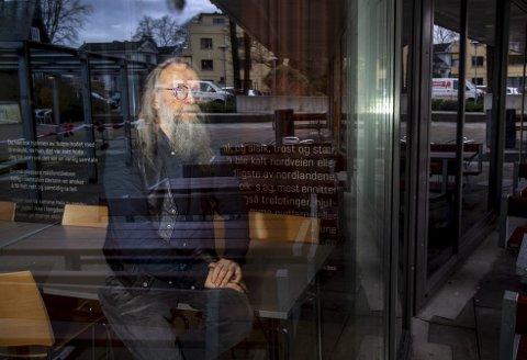 Bjørn Dahl soner en fengselsstraff, skriver på på noe han håper kan bli en bok, og studerer. På lørdag skal han delta på Bergen Internasjonale Litteraturfestival.