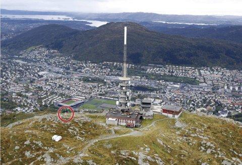 Værstasjonen, et samarbeid mellom Aanderaa data instruments og Geofysisk institutt, har stått på Ulrikens topp i underkant av 100 meter fra Ulriksmasten. Nå håper man at nye instrumenter igjen skal kunne gi bergenserne sammenligningsgrunnlaget mellom Sentrum og byens høyeste fjell. Bildet er tatt i 2008.