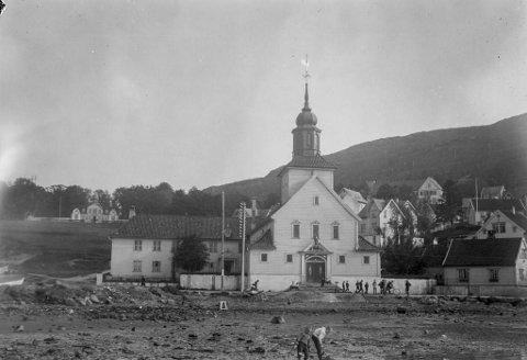 Sånn såg Laksevåg kirke ut i 1924 eit par år etter den ytre rehabiliteringa var gjennomførd. Legg merke til nærleika til stranda i Kirkebukten. Arkitekt bak rehabiliteringa var Georg Greve – tydeleg inspirert av næraste nabo, Damsgård Hovedgård.