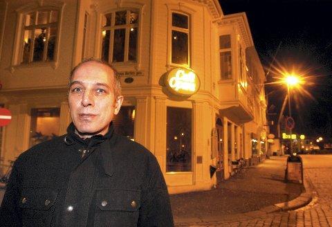 Erkan Mutlu i Engengruppen har fått redusert arealet for uteserveringen ved Cafe Opera kraftig. – Trenger folk i Bergen mer plass på fortauet enn i andre byer i landet, spør han.