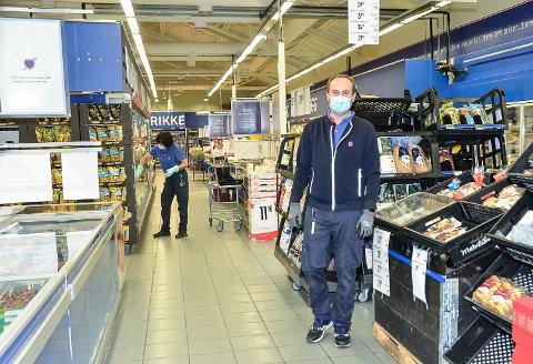 MUNNBIND: – Alle våre ansatte bruker munnbind, og det bør også kundene våre gjøre, sier Espen Justad Johnsen.
