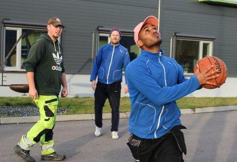 DRØMMER OM FAGBREV: Emil Kvisler (f.v.), avdelingsleder Rune Sødal og Yonas Goitom hadde ei pause med basketball.