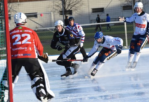 TIL FINALE: Solberg og Sondre Kristoffersen slo Drammen og målvakt Oliver Hereta 2-1 i KM-kampen på Solberg kunstisbane lørdag.