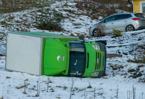 Lastebilen endte godt utenfor veien i Sylling fredag formiddag.