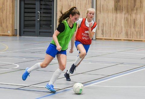 GØY MED FUTSAL: Her er Drammens Ballklubbs Thora Elise Verpe (t.v.) og Sanna Wirum Bøen i aksjon på J15-lagets futsaltrening i Ørenhallen nylig.