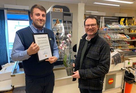HEDRET: Tobias Bårdsnes fikk besøk av ordfører i Nordkapp kommune, Jan Olsen, i forbindelse med kåringen til Joker region nord.