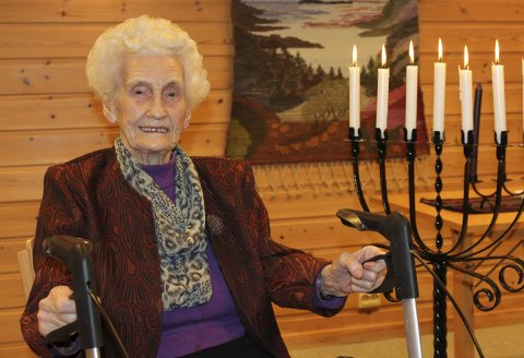 OPPLØFTANDE: – Eg visste ikkje heilt kva eg gjekk til, men å få oppleve lysmessa di, var godt og oppløftande, sa Eline Øvrebotten til prest Tor Grimeland, etter å ha delteke på si første lysmesse i livet. 5. februar fyller Oline Øvrebotten 99 år.
