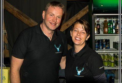 Karl Vidar og Sonja Kristin Førde driv hjortegarden i Ålfoten- og arrangerer pubkveldar som ein del av drifta. Her ser 10 aldrande menn-bandet med gjester spele medan folk kosar eg.