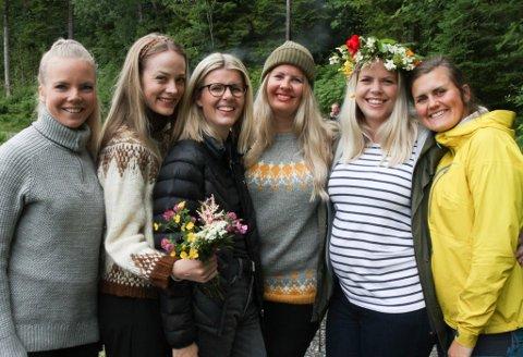 Jonsokfeiring på Nybømarka. F.v. Lisbeth Nordal, Lisa Giil, Heidi Strømsnes, Hilde Christine Strømsnes, Mariann Nordal og Julie Hammerseth Herstad.