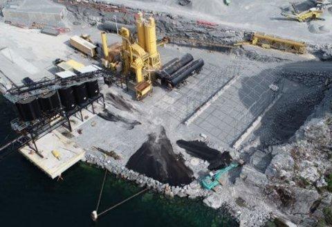 FABRIKK: Tre personar er i arbeid med å produsere asfalt i Eikefjord.