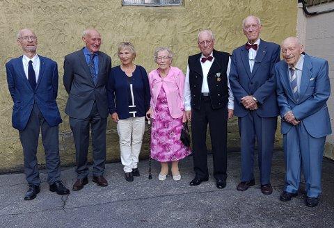 SJU SØSKEN: F.v. Helge Kristiansen (79), Ragnar Kristiansen (81), Hill Østgaard (84), Bjørg Valvik (88), Knut Kristiansen (90), Arne Kristiansen (92) og Sveinung Kristiansen (94). Broren Toralv døydde i 2014. Gjennnomsnittsalderen på dei sju på bildet er knappe 87 år.