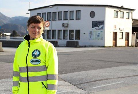 Hamnesjef Linda Mortensen Midtbø gler seg til å komme i gang med det store prosjektet den nye kollektivterminalen Fugleskjærskaia er. Bygget i bakgrunnen vil bli rive.