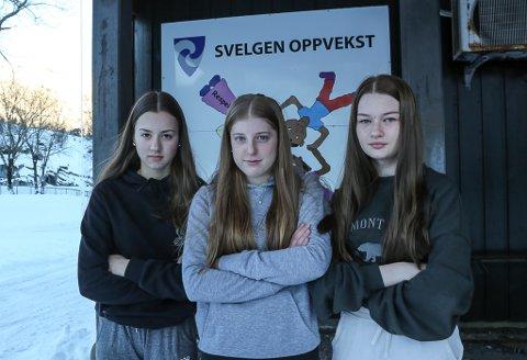 PROTEST: Idun LInd Håøy, Frida Bueie og Henriette Holm Nesbø meiner det er urettferdig at dei ikkje får nærskulepoeng ved å søke på idaregåande skule i Førde.