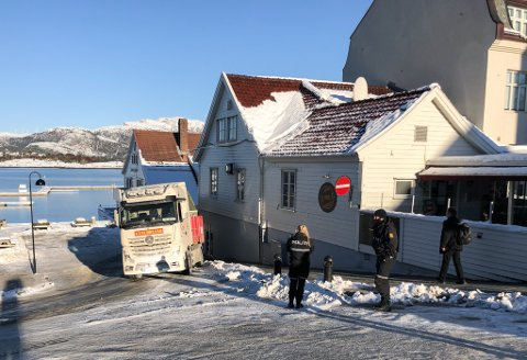 BOM FAST: Denne traileren kom seg verken opp eller ned måndag ettermiddag. Politiet tilkalla bilberging, men inn til vidare er det ingen passasje i Strandgata.
