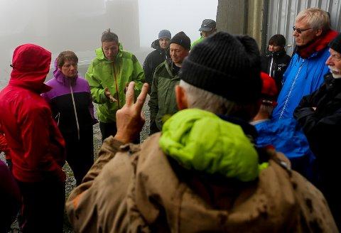 Grunneigarmøte og synfaring Bremangerlandet Vindpark - Steinfjellet. Ola Martin Hole argumenterer for vindpark, medan underdirektør i OED; Tollef Taksdal, i midten,  styrer debatten. Erik Solheim i Naturvernforbundet vil ha sitt å seie.