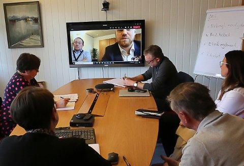 KASTAR BALLEN TILVBAKE: Statssekretær Tony Tiller (H) og OED ønsker ikkje ta stilling til vindkraftsaka på Bremangerlandet før valet.